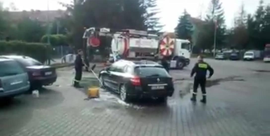 Na filmie widać, jak strażacy myją samchód swojego szefa