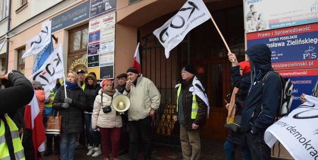 Policja znowu żąda kary dla działaczy KOD-u