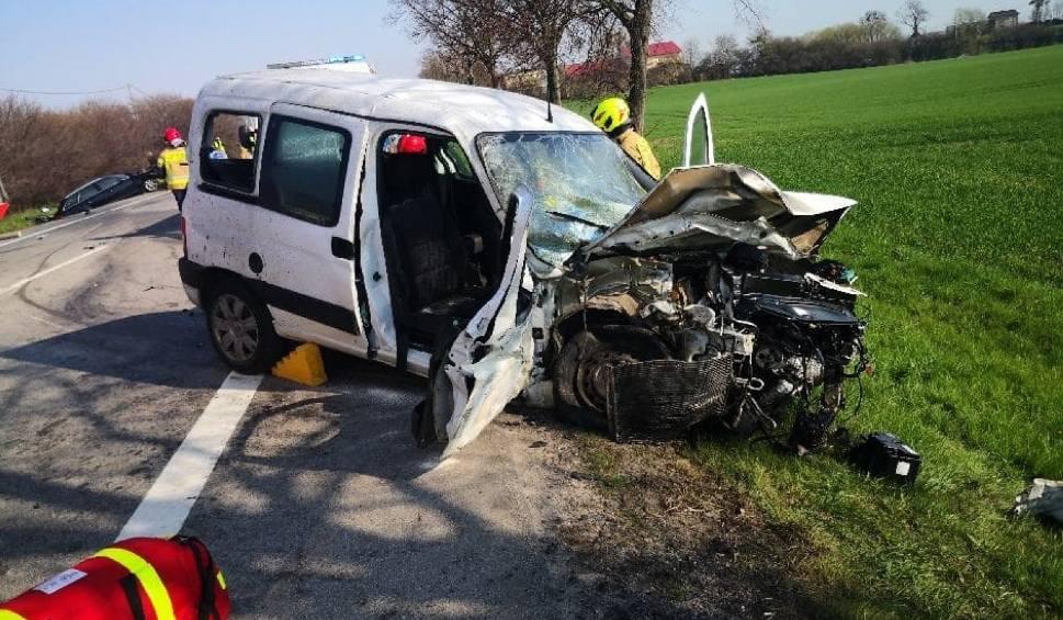 Film do artykułu: Wypadek w Narkowach. 20.04.2021 r. Dwie osoby zostały poszkodowane. Wprowadzono ruch wahadłowy