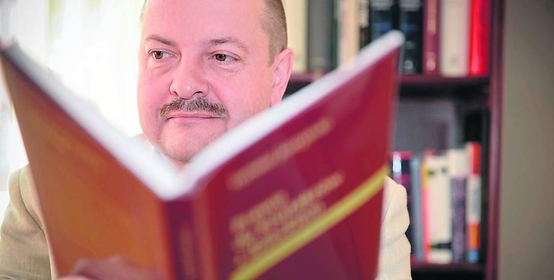 Prof. Tomasz Justyński  od lutego 2016 r. otrzymuje 50 proc. pensji, jako zawieszony w prawach pracownika UMK.