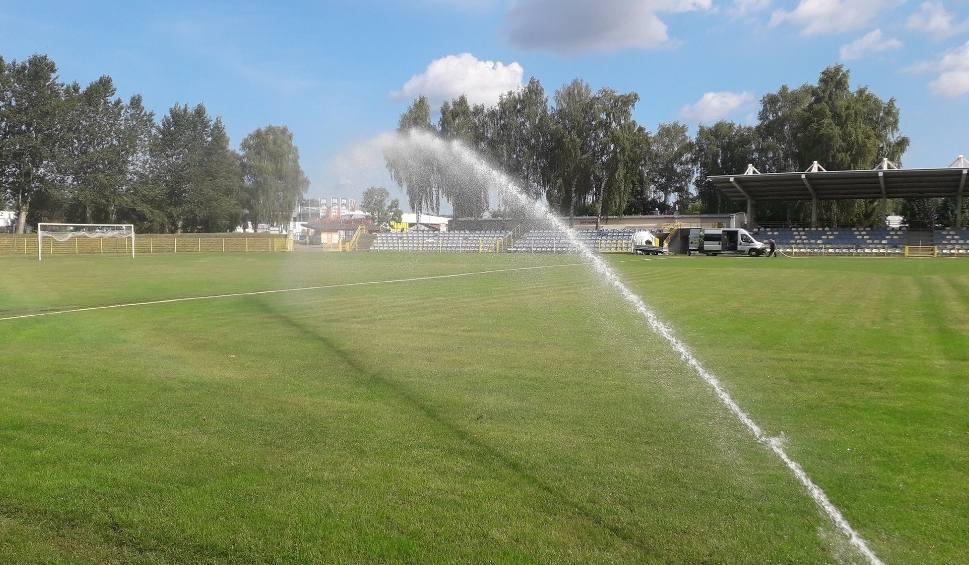 Film do artykułu: Boisko piłkarskie na stadionie przy ulicy Zielonej w Słupsku ma już system automatycznego nawadniania