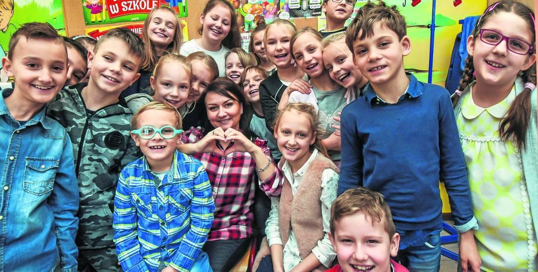 Uczniowie klasy III E ze Szkoły Podstawowej nr 60 w Bydgoszczy wraz ze swoją wychowawczynią Dagmarą Wojciechowską, czyli nauczycielką na medal