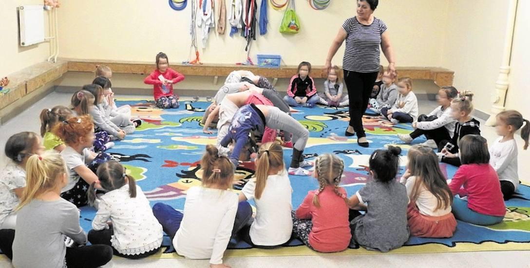 By dzieci miały gdzie ćwiczyć gimnastykę dyrektorka placówki Anna Biała postanowiła salę przeznaczoną na archiwum zagospodarować na salę sportową