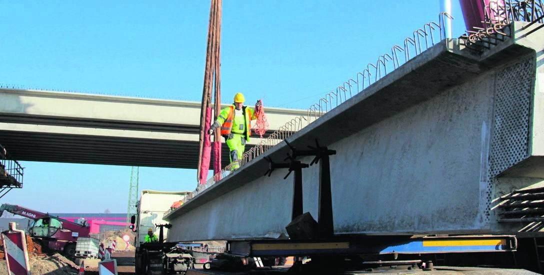 Przyczółki przyszłego wiaduktu zostały właśnie połączone 24 betonowymi belkami
