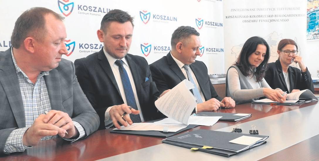 Umowy z przedsiębiorcami podpisał wicemarszałek województwa Tomasz Sobieraj (drugi z lewej), pierwszy to Tomasz Maksymiuk z Inter - Metal, druga z prawej