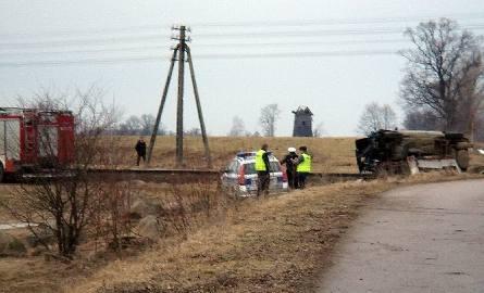 Groźny wypadek. Szynobus na niestrzeżonym przejeździe uderzył w audi. (zdjęcia)