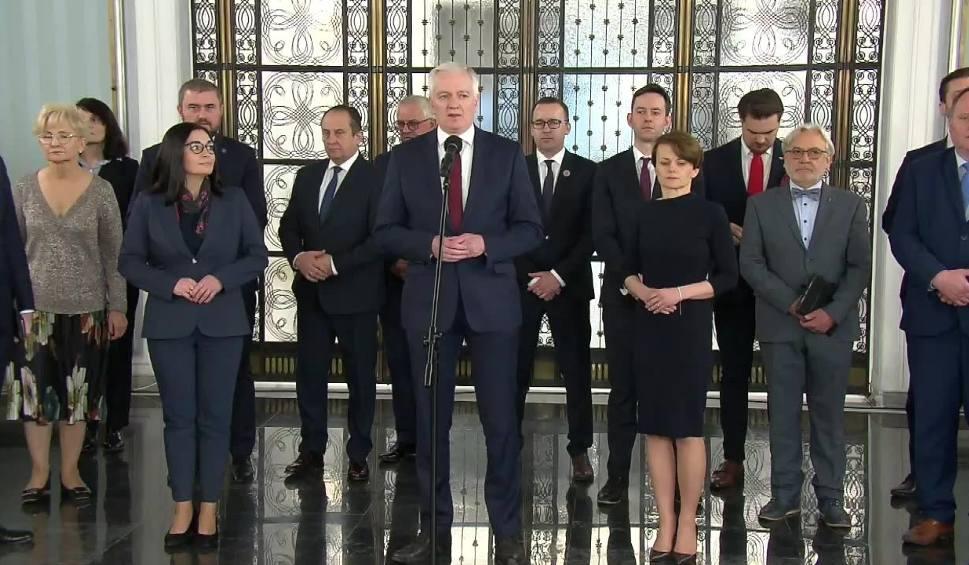 Film do artykułu: Wicepremier Jarosław Gowin podał się do dymisji. Ma go zastąpić minister Jadwiga Emilewicz. Co ze Zjednoczoną Prawicą? [6.04.2020]