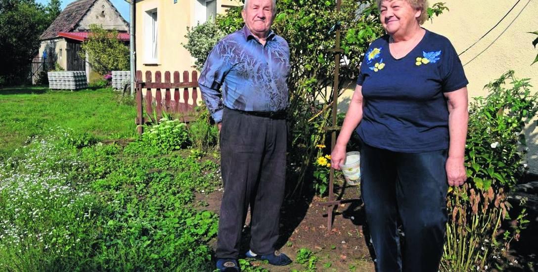 Pan Marian Siwek z żoną przed swoim domem w Boleszkowicach koło Grzmiącej, tędy do domu obok dojeżdża sąsiad