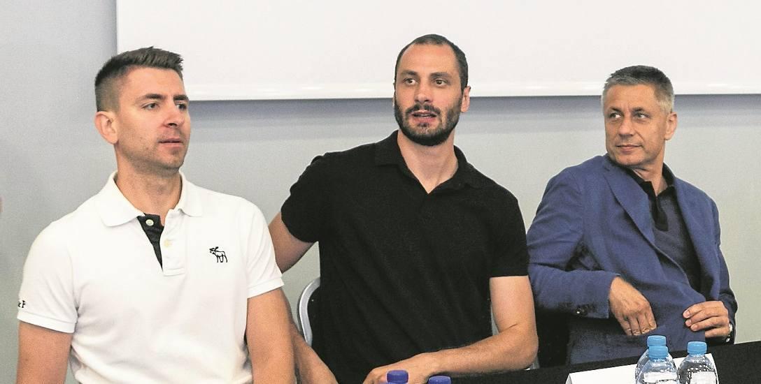 Od lewej Michał Gogol (trener Stoczni), Matej Kazijski (nowy siatkarz) oraz Radostin Stojczew (dyrektor sportowy)