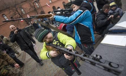 Amerykańscy żołnierze z 2 Pułku Kawalerii spotkali się na Rynku Nowomiejskim z mieszkańcami Torunia oraz prezydentem miasta, Michałem Zaleskim.TVN24
