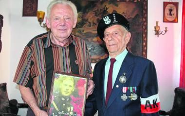 """Henryk Kassaraba (z lewej) - bratanek Aleksandra Kassaraby """"Kamienia"""" - i jego ostatni żyjący żołnierz Marian Szlapiński. Na portrecie - Aleksander"""