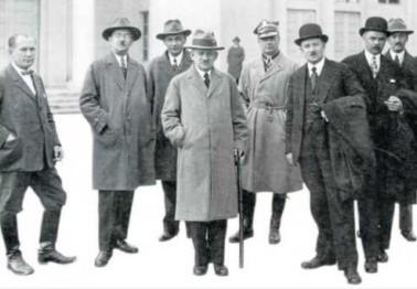 Prezes Stanisław Wachowiak (czwarty od lewej) z ministrem wyznań religijnych i oświecenia publicznego Sławomirem Czerwińskim (szósty od lewej) przed