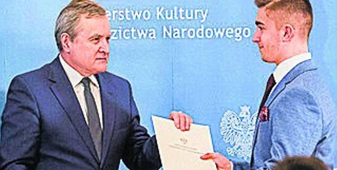 Mikołaj Gajdzis odebrał dyplom z rąk wicepremiera prof. Piotra Glińskiego.