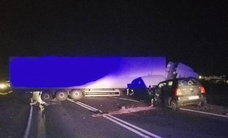 Śmiertelny wypadek na drodze krajowej 12 pod Opocznem. Samochód osobowy zderzył się z ciężarowym