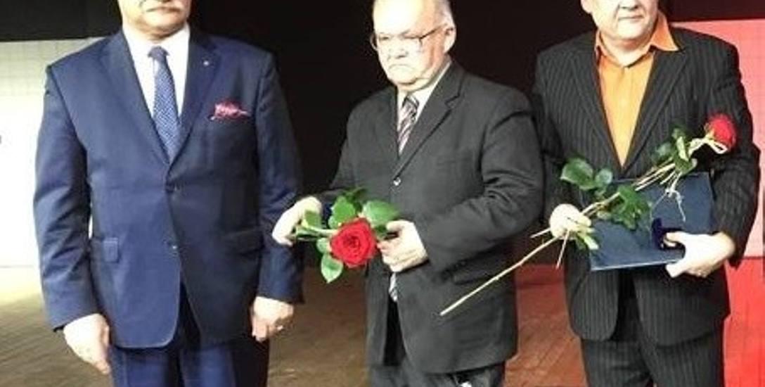 Od prawej: Jerzy Golczuk i dr Zbigniew Bereszyński podczas wręczenia medali Za Zasługi dla Województwa Opolskiego. Obok wicemarszałek Stanisław Rako