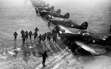 Alarm bojowy na lotnisku w marcu 1940 r. we Francji. Piloci biegną do swoich Hawker Hurricane'ów