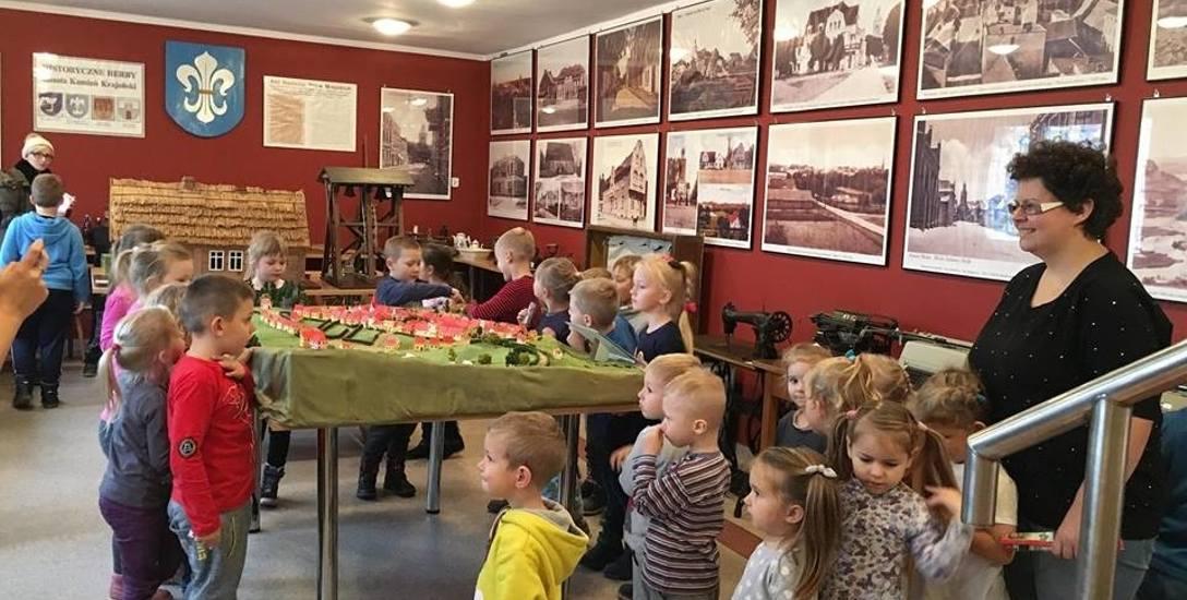 Bibliotekę często odwiedzają przedszkolaki z wychowawcami.