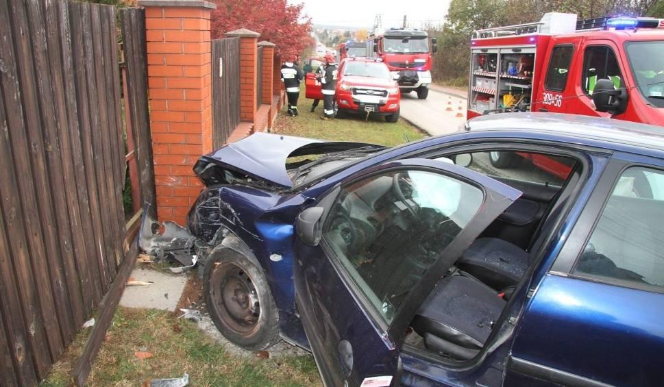 Film do artykułu: Wypadek w Bilczy. Auto uderzyło w ogrodzenie, kierowca w szpitalu