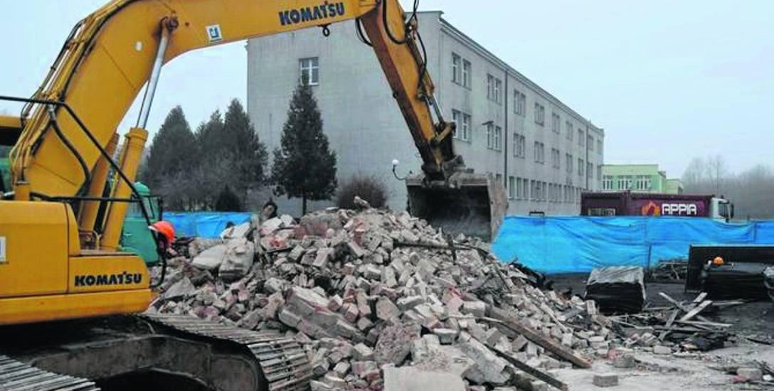 Inwestycja rozpoczęła się od wyburzenia szkolnych garaży przy ulicy Wiatracznej