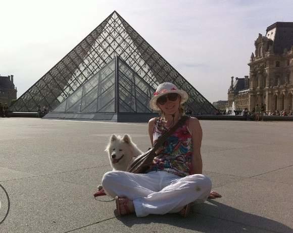 Anna Drąg z Missouri zwiedziła pięć krajów. Na zdjęciu przed paryskim Luwrem.