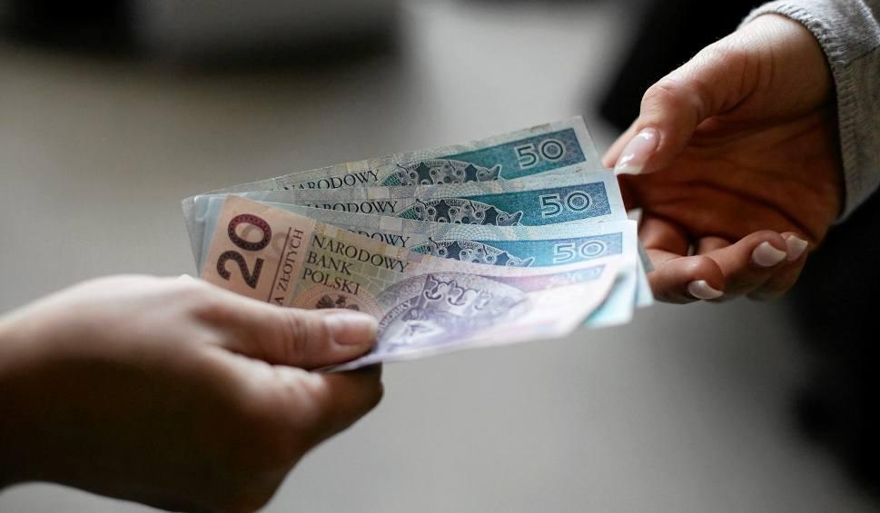 Film do artykułu: Pensja minimalna 2020. Ile wyniesie najniższa krajowa płaca. Ile dostaniemy na godzinę od 2020 roku [STAWKI NETTO I BRUTTO] 23.02.2020
