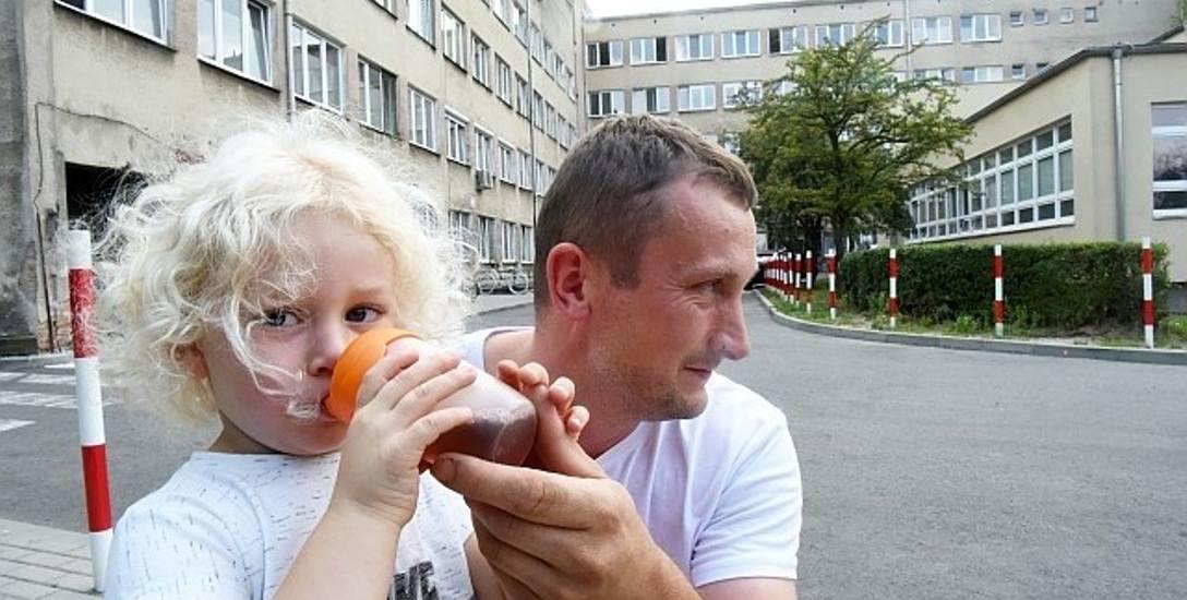 Mama małego Szymona jest na porodówce. Chłopiec, razem z tatą - Marcinem Malickim, czeka  na powiększenie się rodziny. I na Centrum Zdrowia Matki i Dziecka,
