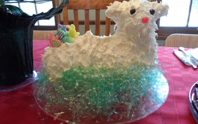 """Robienie """"rzeźby"""" baranka z kostki masła może być okazją do świetnej zabawy dla dzieci i rodziców."""