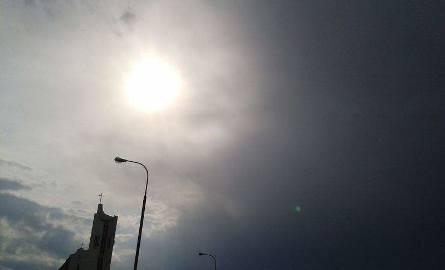 Czarna chmura nadeszła nad Słoneczny Stok, a nad kościołem świeciło jeszcze słońce - pisze Elżbieta Nowiczkow, która wysłała nam zdjęcie nadciągającej