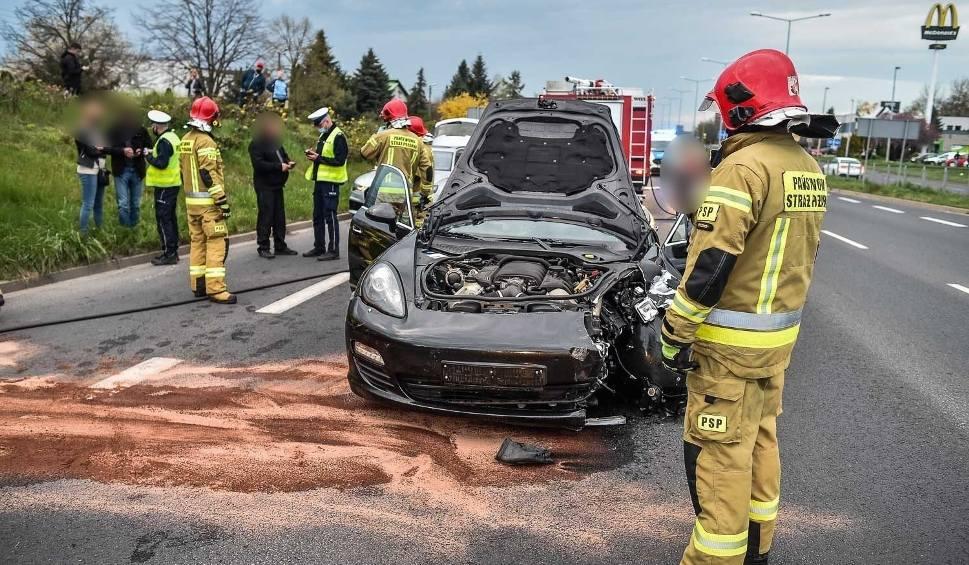 Film do artykułu: Wypadek porsche i mercedesa w Lesznie. Rozbite dwa luksusowe auta [ZDJĘCIA]