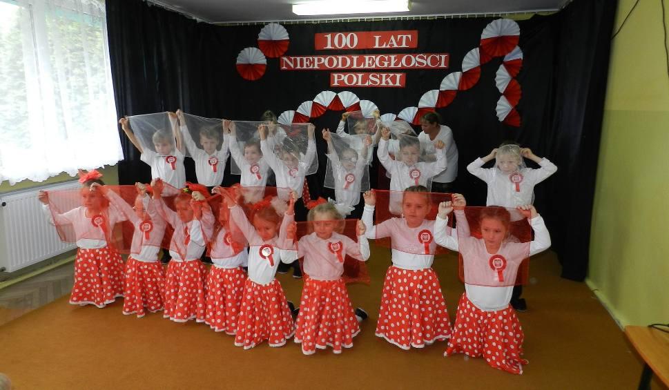 """Film do artykułu: Przedszkolaki z tarnobrzeskiej """"jedynki"""" włączyły się w obchody święta niepodległości - przygotowały niezwykłą akademię"""