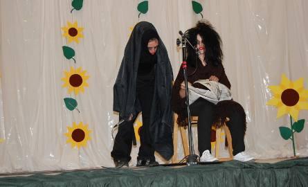 """Izabela Delikat i Rafał Hosiawa (HP Żary) prezentujący scenkę  """"Tofik"""" ( III miejsce w kategorii form teatralnych)"""