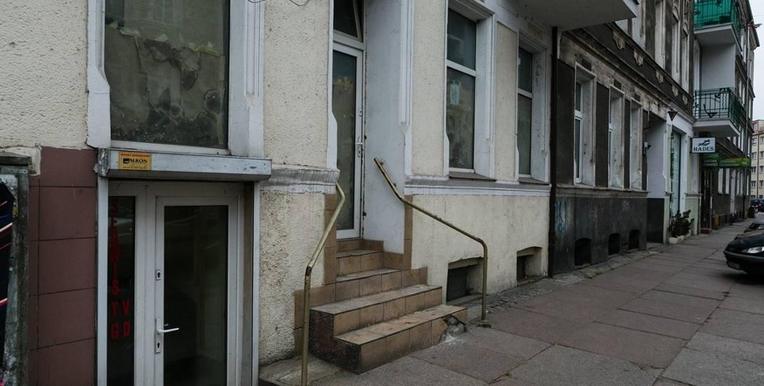 Zamiast sklepu jest gołębnik. Sąsiedzi mają już dość. Służby miejskie mają związane ręce