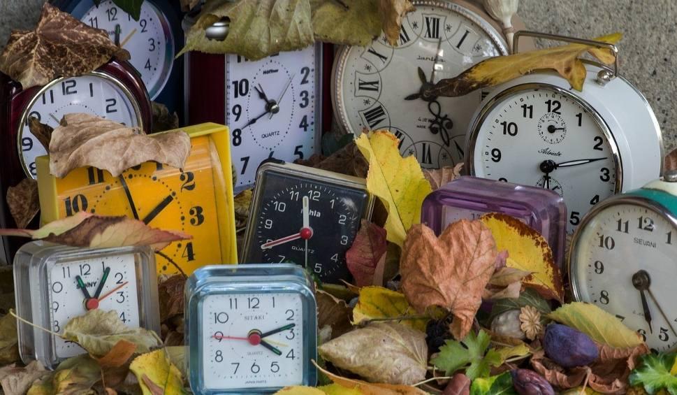 Film do artykułu: Zmiana czasu na zimowy 2019 jest nieuchronna. Kiedy należy przestawić zegarki o godzinę do tyłu. Zmiana czasu za chwilę [16.10.2019 r.]