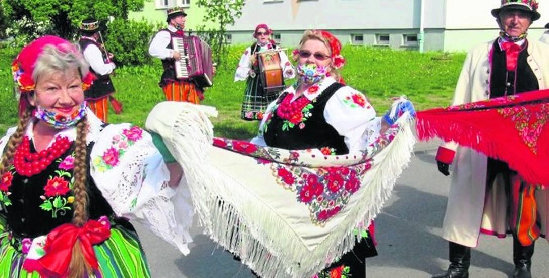 W ludowych strojach i ze śpiewem na ustach seniorzy z Ustronia przeszli ulicami osiedla Widok