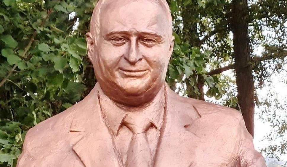 Film do artykułu: W Uzdrowisku Dąbki stanął pomnik Przemysława Gosiewskiego. Uroczyste odsłonięcie w przyszłym roku [ZDJĘCIA]