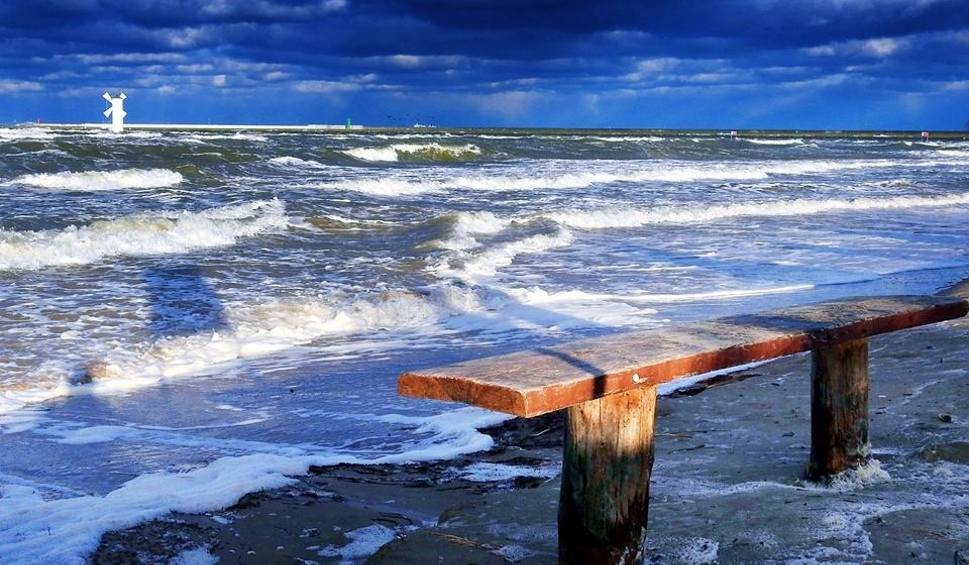 Film do artykułu: Na Bałtyku sztorm. W Świnoujściu przekroczony stan alarmowy