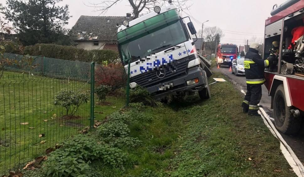 Film do artykułu: Kierowca zasłabł, ciężarówka wjechała do rowu. Wypadek na drodze 407 koło Korfantowa