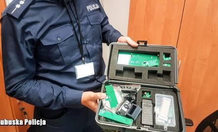 W trakcie przeszukania policjanci znaleźli m.in. kluczyki i dokumenty od innych pojazdów, nośniki pamięci, telefony komórkowe, czy układy elektronic