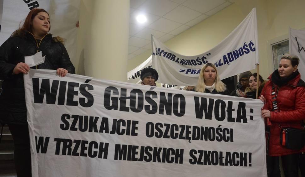 Film do artykułu: W Miastku protestowali rodzice gminnych szkół (12.02.2020) Domagają się, by ich szkoły działały w pełnym wymiarze