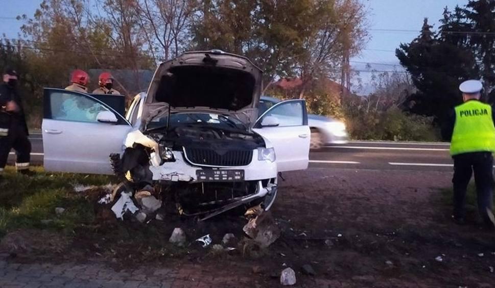 Film do artykułu: Wypadek na drodze krajowej w Miłkowie. Samochód wpadł do rowu [ZDJĘCIA]