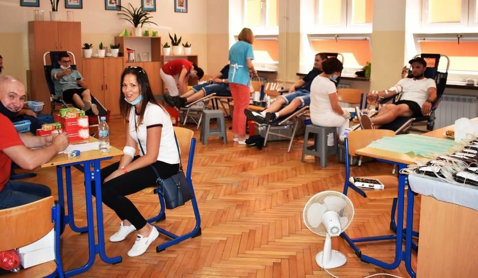 Film do artykułu: Akcja krwiodawstwa w staszowskim liceum. Pomagali 4-letniej Marysi (ZDJĘCIA)