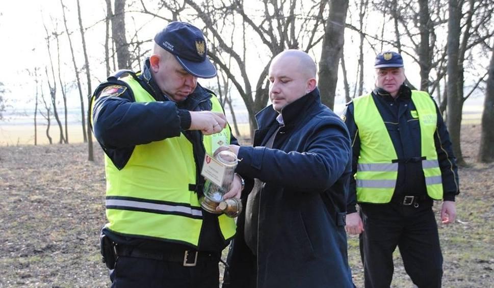 Film do artykułu: Znicze pod tablicą przy leśniczówce Gaj. Jędrzejów oddał hołd i upamiętnił powstanie Armii Krajowej (ZDJĘCIA)