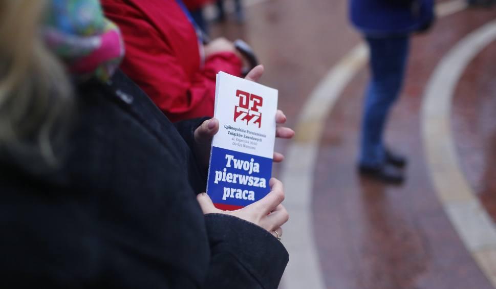 Film do artykułu: [Płaca minimalna] Ile pieniędzy obiecują wyborcom wszystkie partie? Rząd PiS daje 2600 zł brutto od 1 stycznia 2020 r. Co proponują inni?
