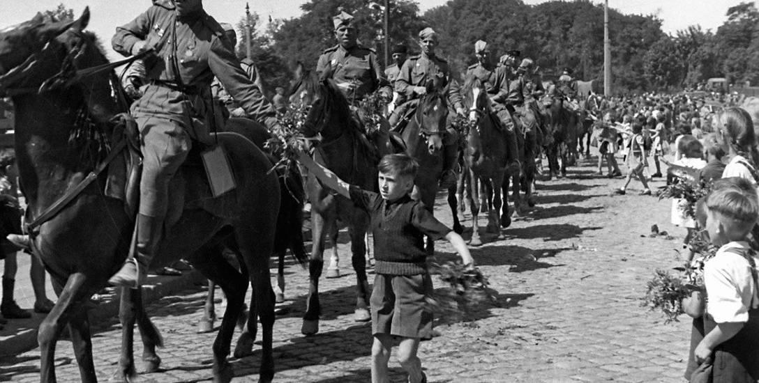 A tak witano w Toruniu żołnierzy radzieckich, którzy latem wrócili z Berlina.