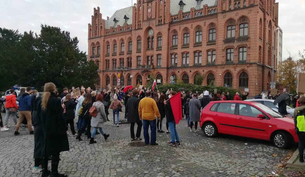 Film do artykułu: Protestowali w Koszalinie. Pod siedzibą PiS zebrały się setki osób [ZDJĘCIA,WIDEO]