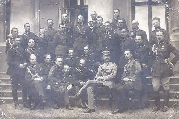 Przed Belwederem, 1921 r. Na lewo od Piłsudskiego - Rozwadowski, na prawo - Wieniawa-Długoszowski, Wilk w prawym górnym rogu