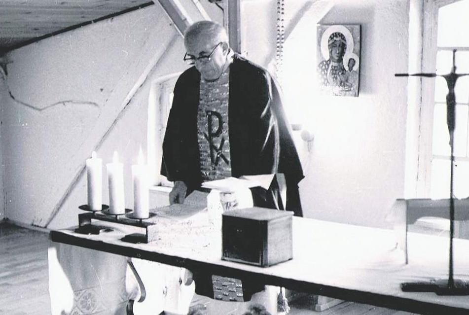Ks. Franciszek Grucza podczas odprawiania mszy św. na poddaszu organistówki