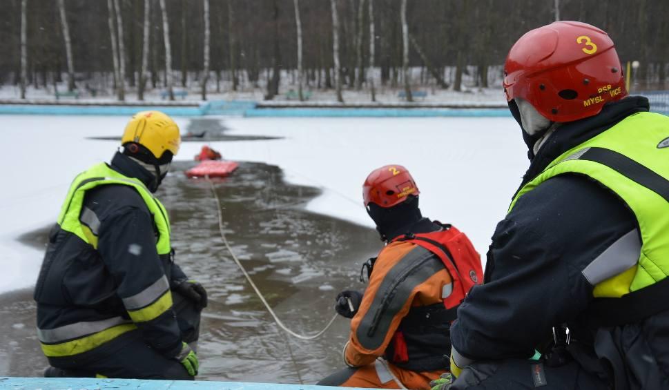 Film do artykułu: Mysłowice: Pokazy ratownictwa lodowego na kąpielisku Słupna ZDJĘCIA