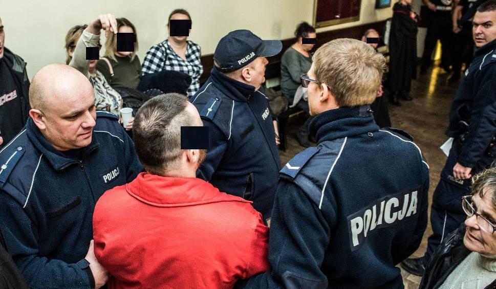 Film do artykułu: Awantura z kibolami przed procesem Tomasza B. - policja z tarczami obstawia bydgoski sąd [WIDEO 18+]