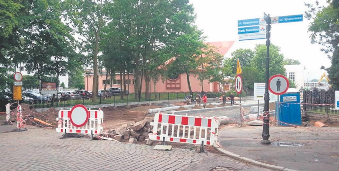 W tej chwili prace objęły odcinek od zjazdu z Mostu Portowego w ulicę Mickiewicza do ulicy Spacerowej. Przejazd z mostu do portu odbywa się ul. Port